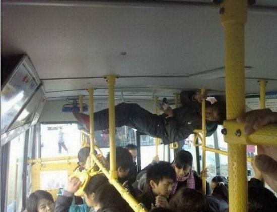 Metrobüste tutunmak