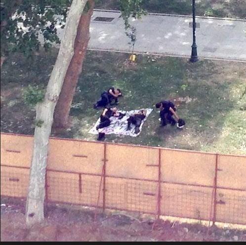 polisler yatiyor