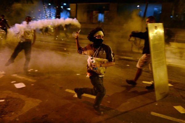 biber gazini geri firlatan eylemci