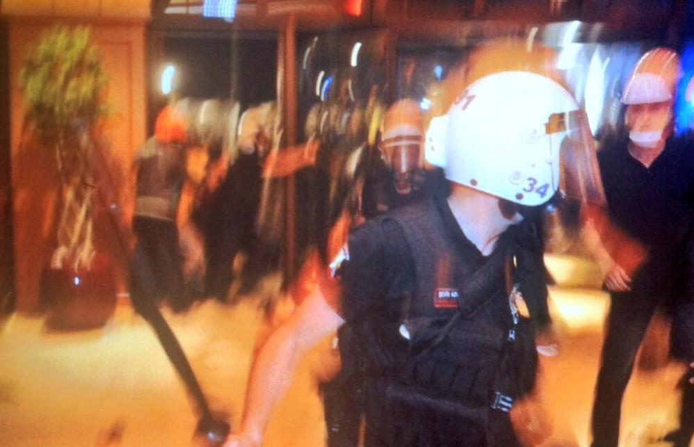 divan-otel-copla-giren-polis-gezi-parki-protesto