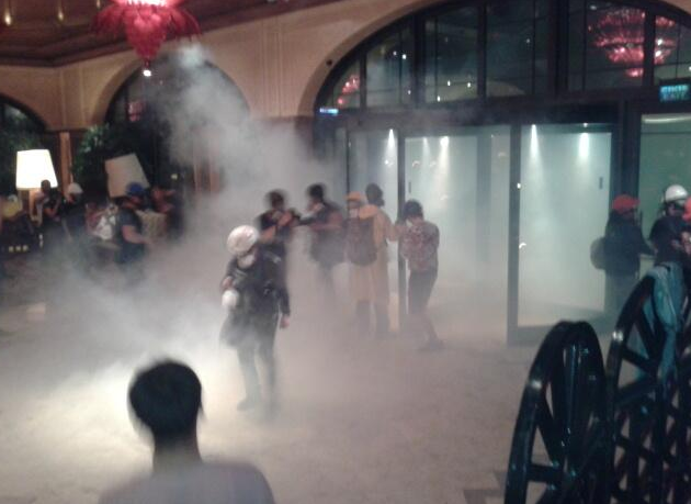 divan-otel-girisi-gaz-bombasi