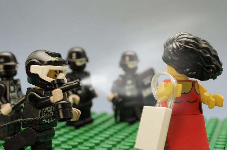 gezi-parki-lego-kirmizili-kadin