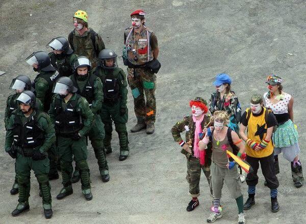 polisin yanında duran sambacilar