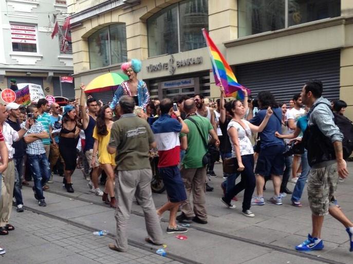 onur-yuruyusu-2013-omuzlarda-trans