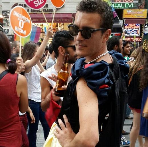 onur-yuruyusu-2013-yazar-gay-aktivist-yigit-karaahmet-lgbt