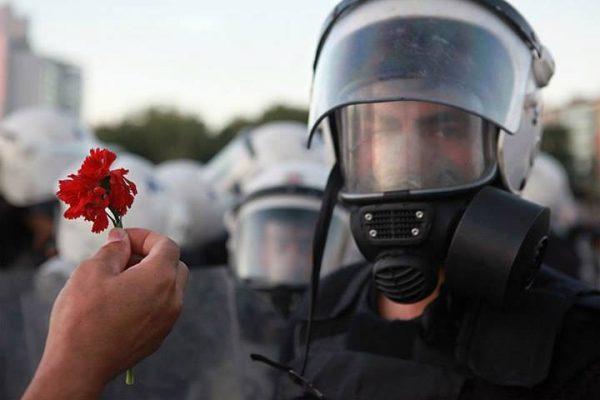 polise-karanfil-uzatmak