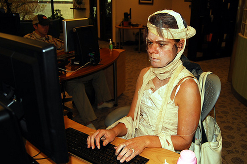 zombie-at-the-computer-fomo-fear-of-missing-out-fomo-hastaligi