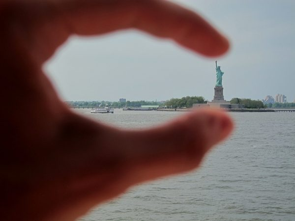 Pinching-Statue-of-Liberty