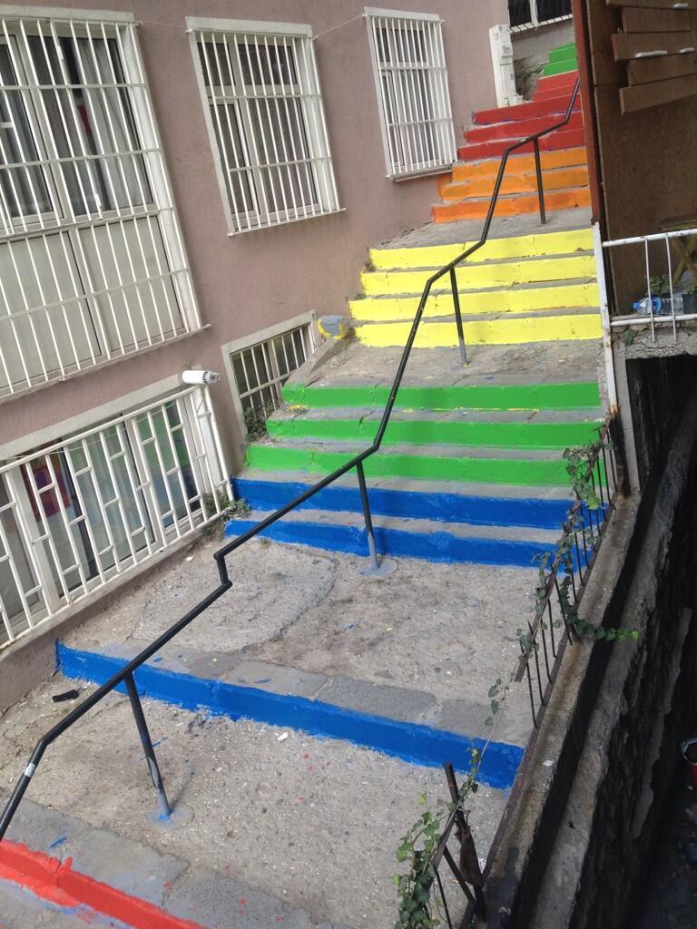 belediyenin-boyadigi-renkli-merdiven