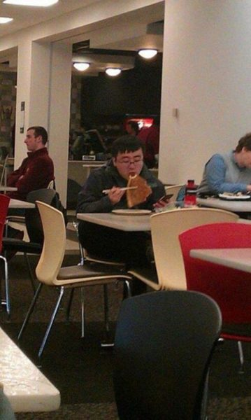 susi-gibi-pizza-yiyen-adam