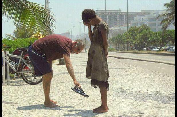 ayakkabisini-veren-adam