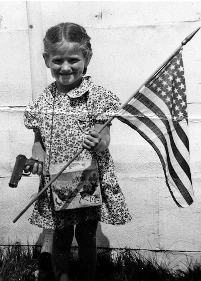 elinde-silah-bayrak-tasiyan-cocuk