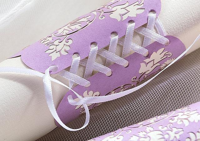 en-yaratici-dugun-davetiyeleri-ayakkabı-bagcigi
