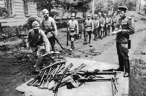 japon-askerleri-silah-teslimi