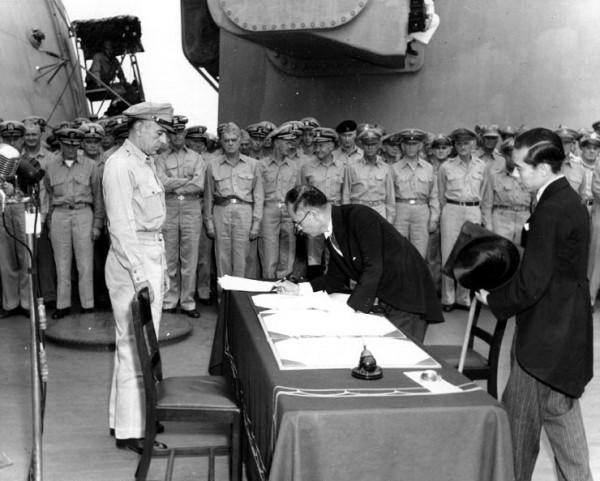 japonlar-teslim-belgesi-imzalarken
