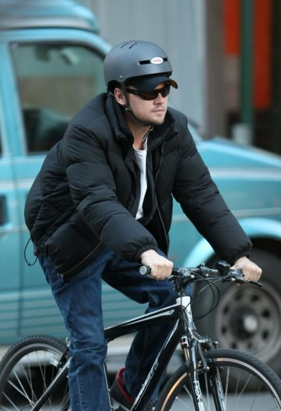 leonardo-di-caprio-bisiklet-biniyor