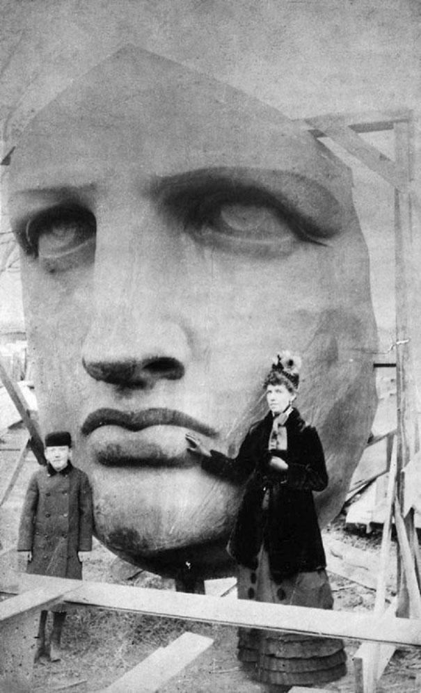 1885-ozgurluk-heykeli-kafasi-onunde-fotograf