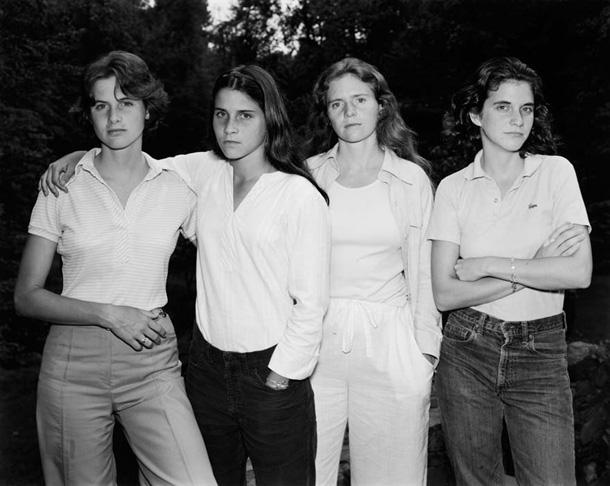 her-sene-fotograf-cektiren-kiz-kardesler-1975