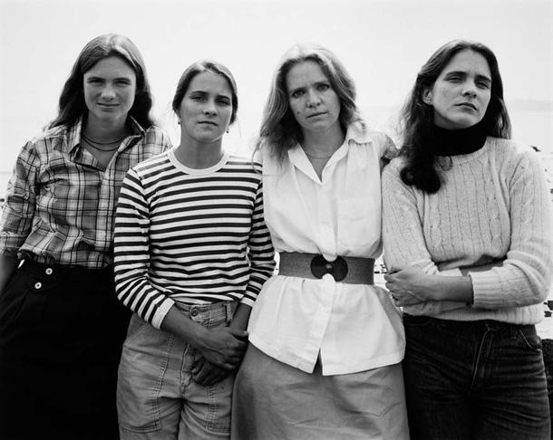 her-sene-fotograf-cektiren-kiz-kardesler-1979