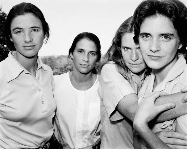 her-sene-fotograf-cektiren-kiz-kardesler-1980