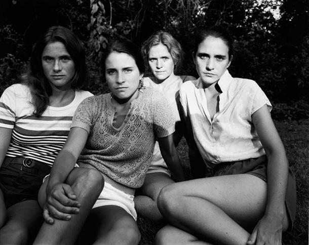 her-sene-fotograf-cektiren-kiz-kardesler-1981