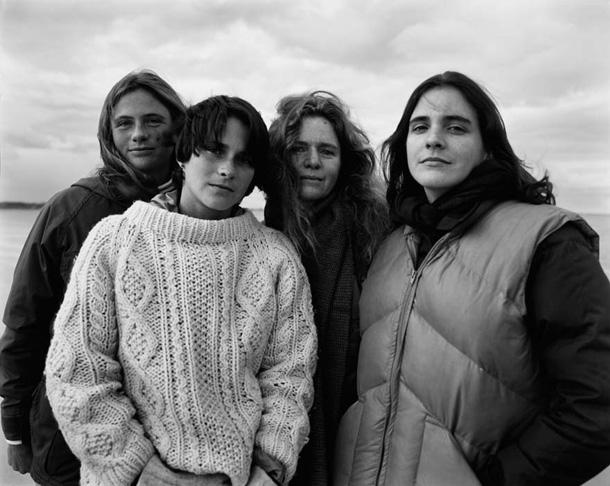 her-sene-fotograf-cektiren-kiz-kardesler-1982
