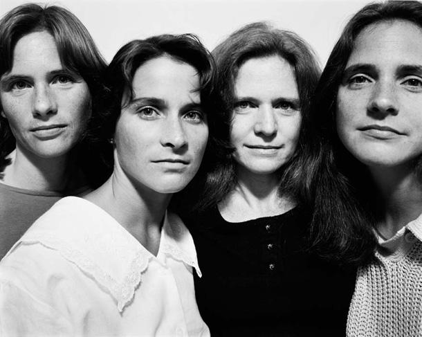 her-sene-fotograf-cektiren-kiz-kardesler-1986
