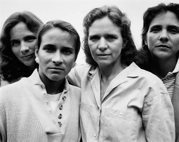 her-sene-fotograf-cektiren-kiz-kardesler-1987
