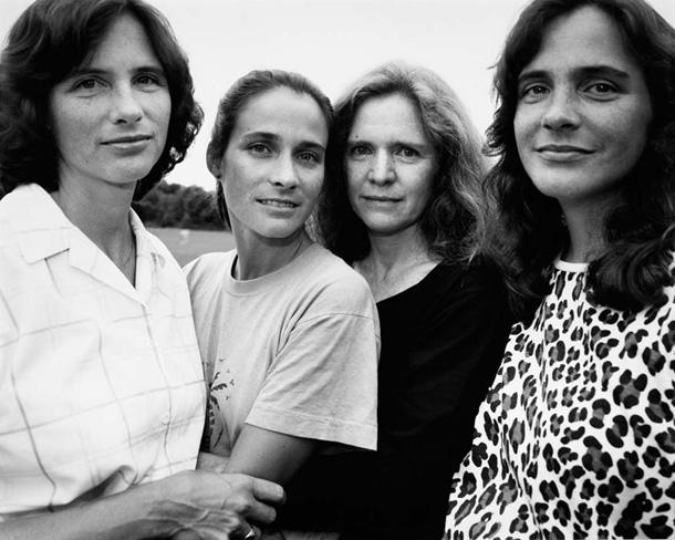 her-sene-fotograf-cektiren-kiz-kardesler-1988