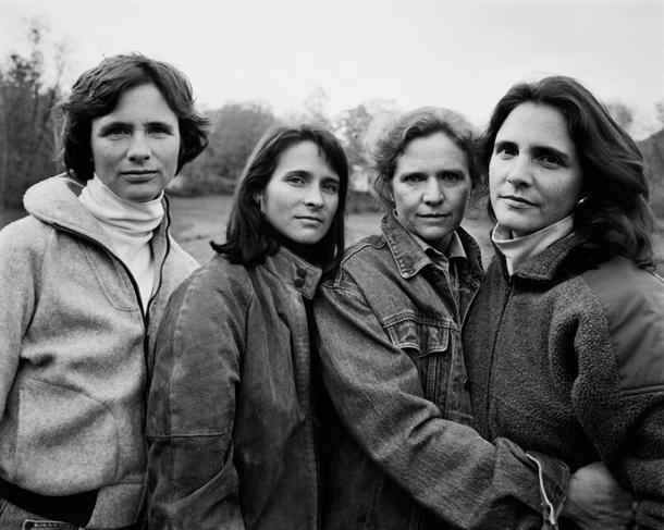 her-sene-fotograf-cektiren-kiz-kardesler-1990