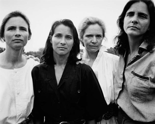 her-sene-fotograf-cektiren-kiz-kardesler-1991