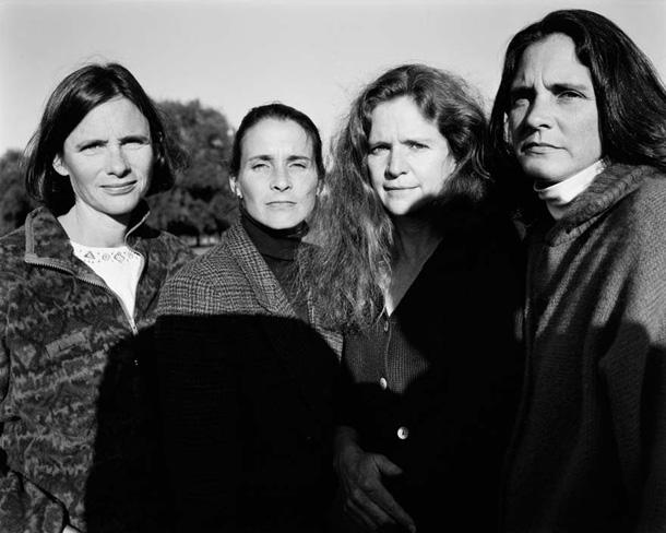 her-sene-fotograf-cektiren-kiz-kardesler-1996