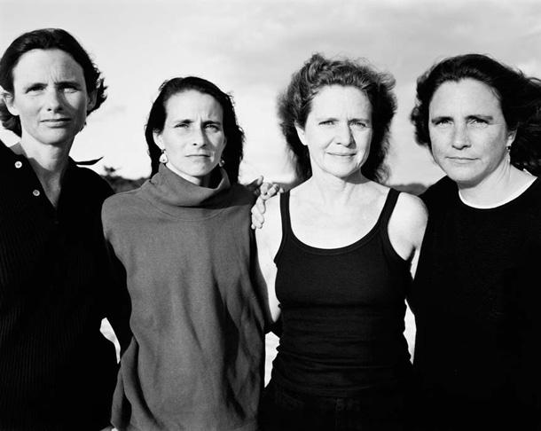 her-sene-fotograf-cektiren-kiz-kardesler-1998