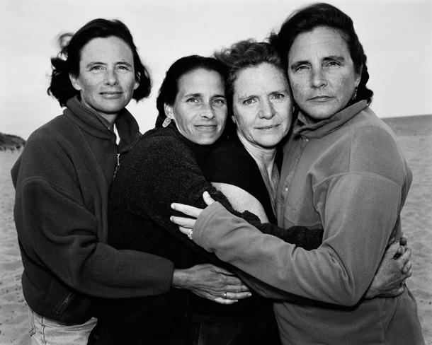her-sene-fotograf-cektiren-kiz-kardesler-2000