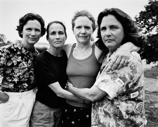 her-sene-fotograf-cektiren-kiz-kardesler-2002