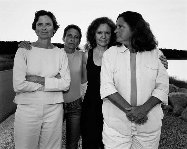 her-sene-fotograf-cektiren-kiz-kardesler-2005