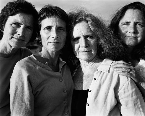 her-sene-fotograf-cektiren-kiz-kardesler-2007