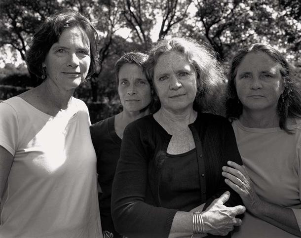 her-sene-fotograf-cektiren-kiz-kardesler-2008