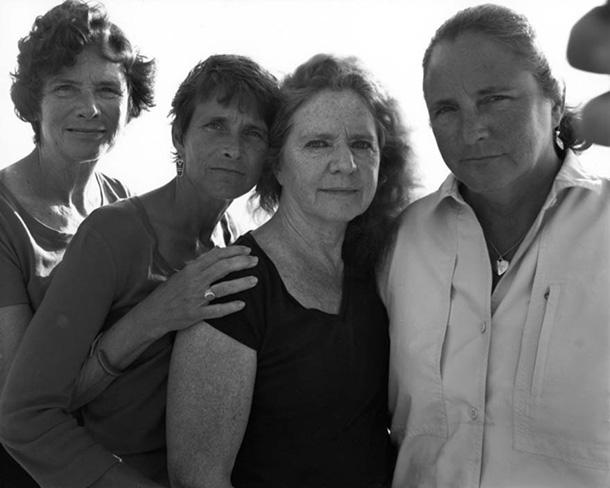 her-sene-fotograf-cektiren-kiz-kardesler-2009