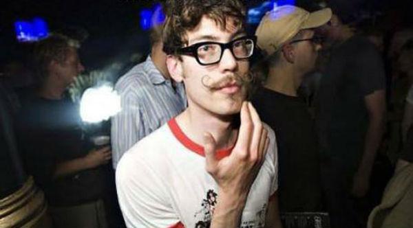 kemik-gozluk-hipster-biyik