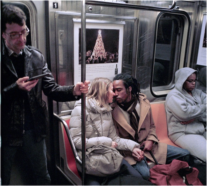 metroda-opusen-zenci-ve-beyaz