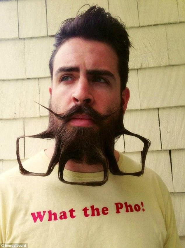 sakallariyla oynayan adam