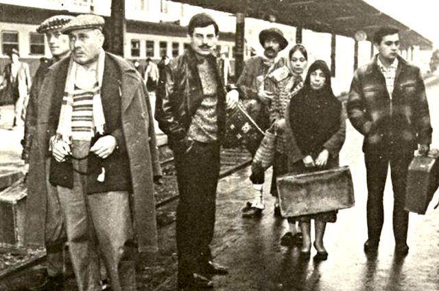 yesilcam-film-cekimi-haydarpasa-cuneyt-arkin-filiz-akin-gurbet-kuslari-1964