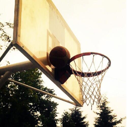 kenara-koseye-sikisan-basketbol-topu