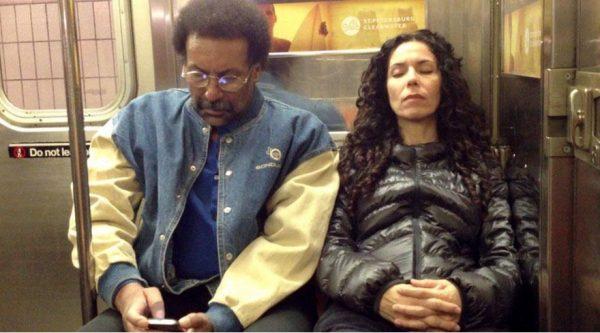 metroda-yabancinin-omzunda-uyumak-1