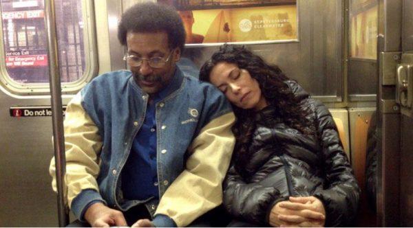 metroda-yabancinin-omzunda-uyumak-2