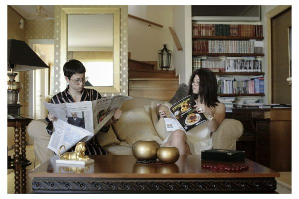 penny-koliopoulou-salonda-gazete-okumak