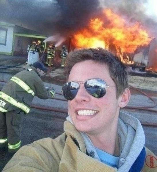 ev-yanarken-kendini-cekmek