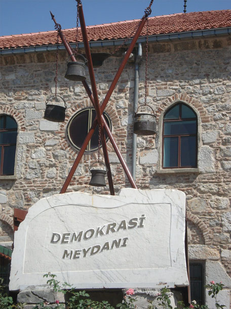 isparta-demokrasi-meydani-heykeli