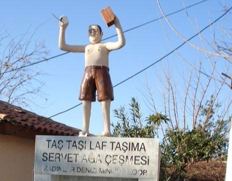 kusadasi-tugla-tasiyan-adam-heykeli